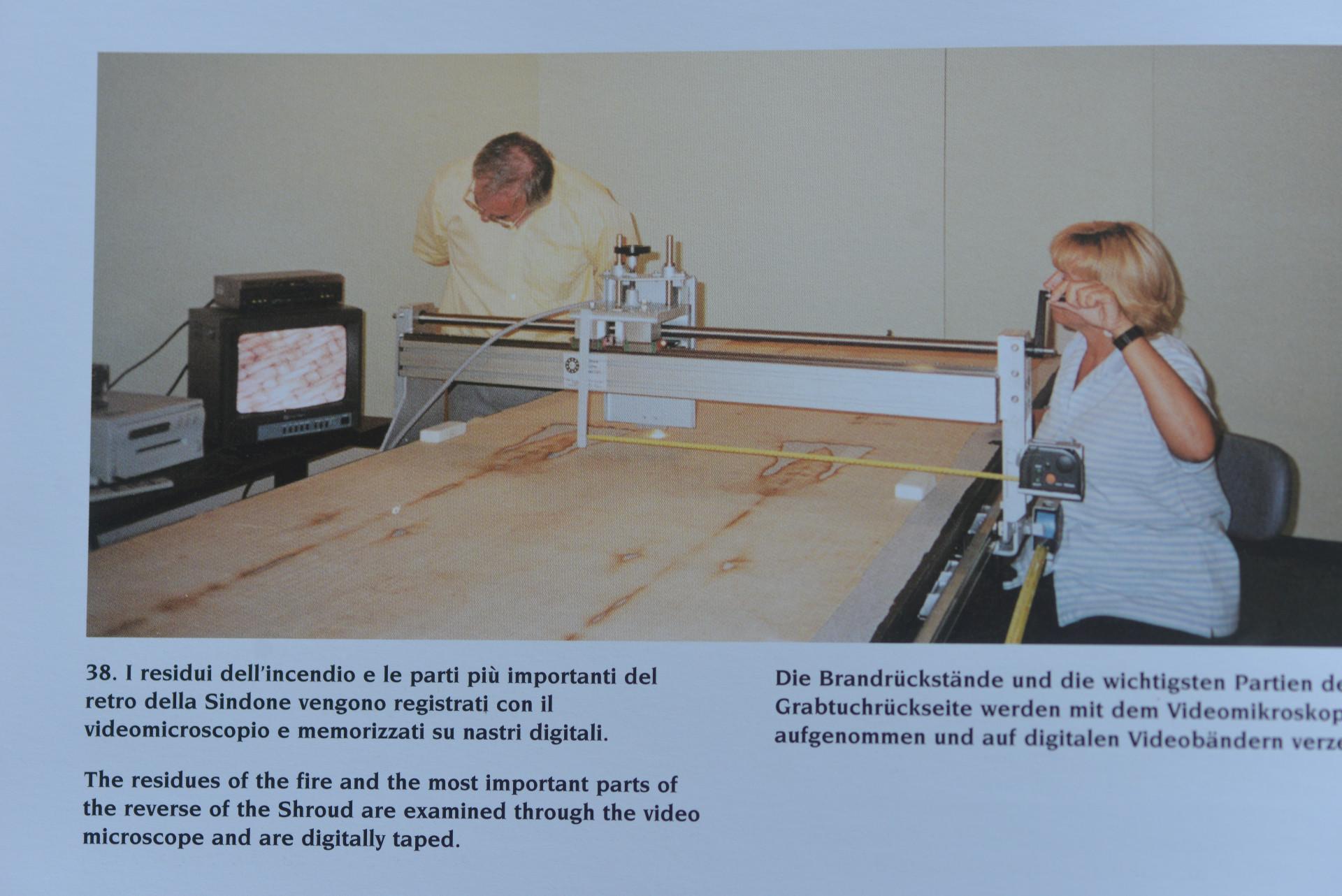 Photo E. Mechtild Flury-Lemberg microscopic control restauration Shroud