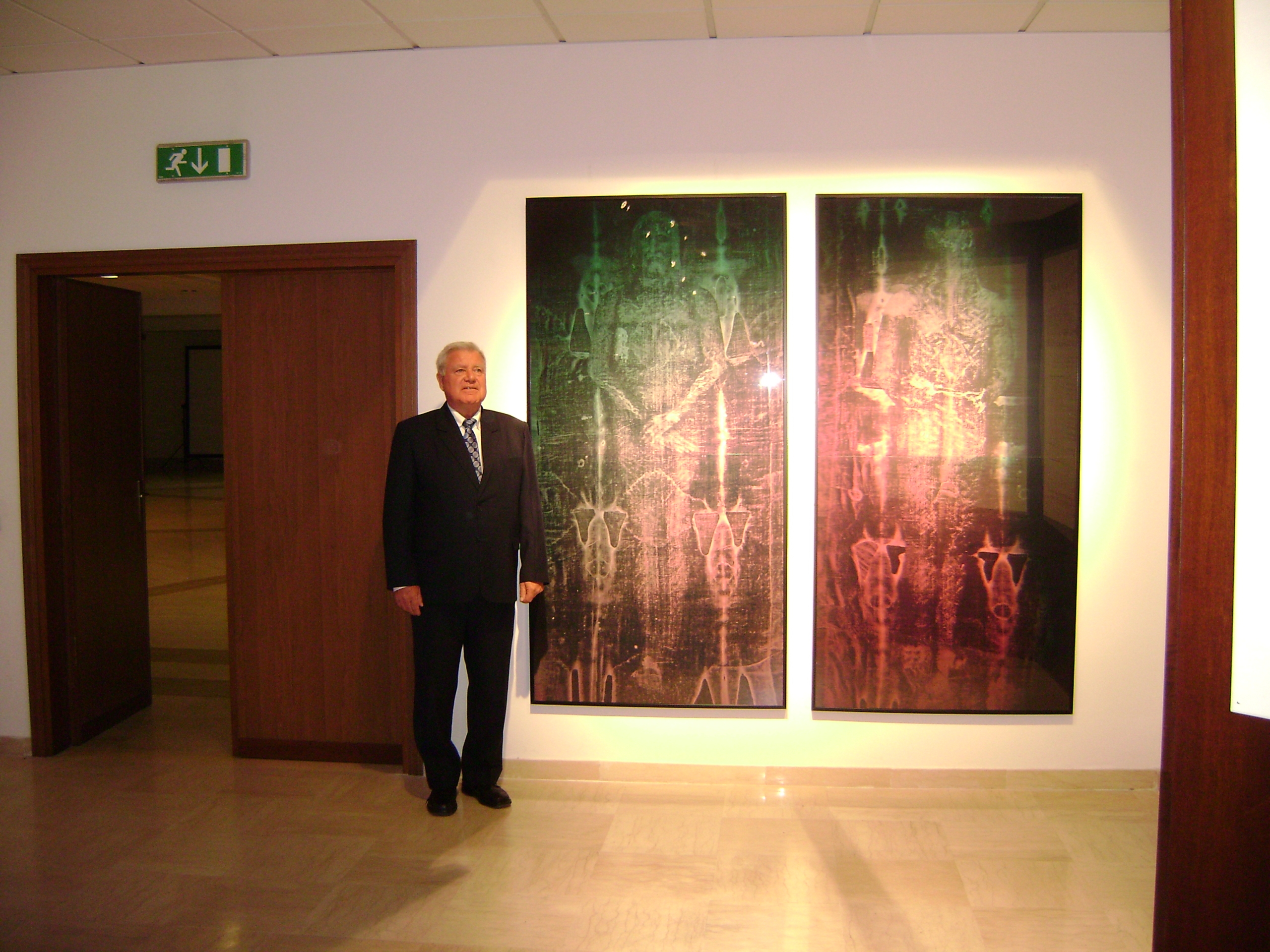Dr. Petrus Soons with holograms of the front and back of the body
